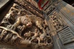 Tiger Stone découpant à un temple chinois photo stock