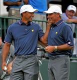 Tiger Woods e Fred Couples, 2013 presidentes Copo Imagens de Stock