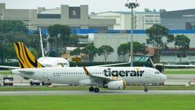 Tigerair乘出租车在樟宜机场的空客320 免版税库存照片