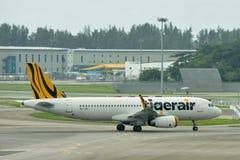 Tigerair Airbus 320 que taxiing no aeroporto de Changi Imagens de Stock Royalty Free
