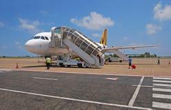 Tigerair väntande på passagerare som ska fås onboard Arkivfoto