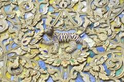 Tigerbildstuckatur på tempelväggen royaltyfria bilder