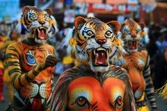 Tigertanzkünstler, die während des Festivals durchführen Stockfotografie