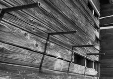 Tiges accrochantes sur l'extérieur de la maison abandonnée image stock