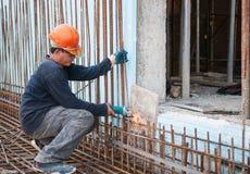 Tiges d'acier de découpage de travailleur de la construction Photos stock