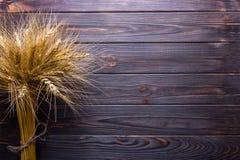 Tiges de blé, sur le concept en bois de récolte de fond photo stock