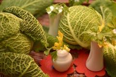 tiges de persil en sel blanc Image stock