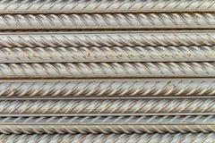 Tiges en acier de barres de renforcement avec le profil périodique photos stock
