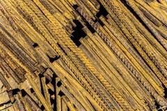 Tiges en acier rouillées de barres de renforcement avec le profil périodique photos libres de droits