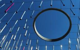 Tiges en métal et cercle d'anneau accrochant contre le ciel bleu - concept moderne images stock