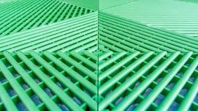 Tiges en plastique vertes comme plat perméable de passage couvert pour la croissance de la pelouse photographie stock