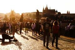 Tiggare och turister på Charles Bridge i Prague Arkivbild