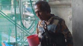 Tiggaren för den blinda mannen på den kyrkliga portalen är fann offentligt ställen för bekanta platser arkivfilmer