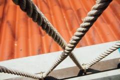 tightrope Cordes serrées Cordes serrées sur le toit de rouge de fond Cordes décoratives Images libres de droits