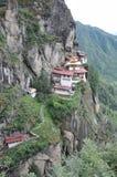 Tigrar bygga bo monastary i Paro, Bhutan Arkivfoto