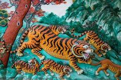 Tigrar på en vägg Arkivfoton