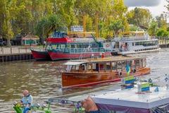 TIGRE,阿根廷- 2016年5月02日:其中一在tigre的主要trousit活动是小船乘驾在lujan河 库存照片
