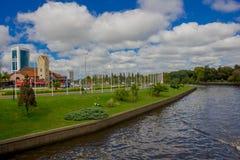 TIGRE,阿根廷- 2016年5月02日:河的好的看法有城市的在背景中在一多云天 免版税库存照片