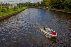 TIGRE, ARGENTINIEN - 2. MAI 2016: wenig Bootssegeln auf dem Fluss mit vielen Bäumen im Hintergrund Lizenzfreies Stockbild