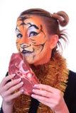 Tigre da menina com a parte de carne crua. Fotos de Stock