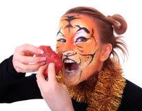 Tigre de la muchacha con el pedazo de carne sin procesar. Fotografía de archivo libre de regalías