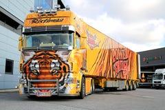 Tigre del camión de la demostración de Scania R620 en Warehouse Imágenes de archivo libres de regalías