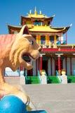 Tigre del yeso delante del templo budista Imagen de archivo libre de regalías