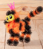 Tigre des éléments de concepteur du ` s d'enfants de Velcro sur un fond en bois Photo libre de droits
