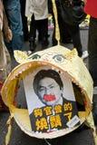 Tigre di carta che mangia segretaria finanziaria Immagini Stock Libere da Diritti