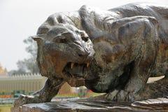 Tigre en bronze au palais de Mysore, Inde Photo libre de droits