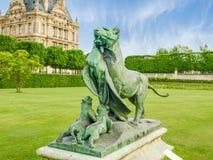 Tigre fêmea e pavão da escultura no jardim de Tuileries, Paris Foto de Stock