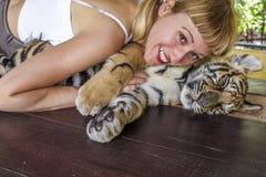 Tigre louro do amor da menina Fotos de Stock Royalty Free