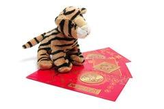 Tigre suave del juguete con los paquetes rojos Imágenes de archivo libres de regalías