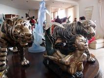 Tigri, delfini e un'esposizione di Sculputres della sirena su una tavola a Fotografia Stock Libera da Diritti