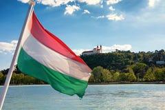 Tihany-Abtei angesehen von einem Schiff mit der ungarischen Flagge im f Lizenzfreie Stockfotografie