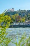 Tihany-Abtei mit Hafen Lizenzfreies Stockbild