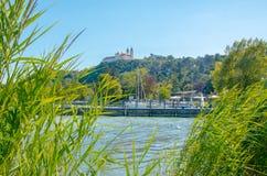 Tihany-Abtei mit Hafen Lizenzfreies Stockfoto