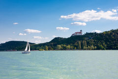 Tihany-Abtei und ein Segelboot von Plattensee Stockfotos