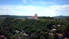 Tihany, Hongarije - 4K luchtlengte van kleurrijk Meer Balaton en haven van Tihany bij dag stock video