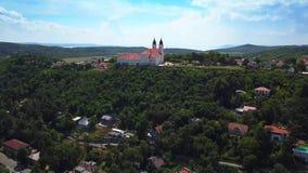 Tihany, Hongarije - 4K vliegend boven het beroemde Benedictineklooster van de Abdij van Tihany Tihany stock videobeelden
