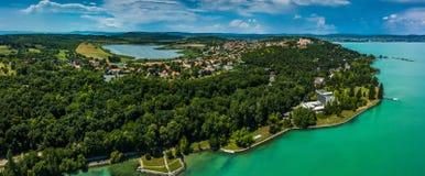 Tihany, Hungría - vista panorámica aérea del lago Balatón con theTihany, Hungría - vista panorámica aérea del lago Balatón con el Foto de archivo libre de regalías