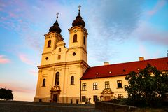 Tihany opactwo jest Benedyktyńskim monasterem przy zmierzchem z krokami w Węgry Zdjęcia Stock