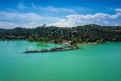 Tihany, Ungarn - der Hafen von Tihany durch Plattensee mit dem berühmten Benediktiner-Kloster von Tihany Stockfotografie