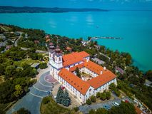 Tihany, Ungarn - Luftpanoramablick von Tihany mit dem berühmten Benediktiner-Kloster von Tihany Lizenzfreie Stockfotos