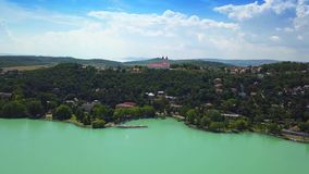 Tihany, Węgry i schronienie Tihany przy dniem, - 4K powietrzny kolorowy Jeziorny Balaton materiał filmowy zbiory
