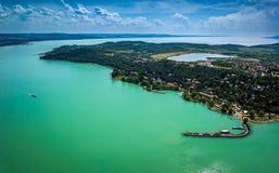 Tihany, Węgry - Powietrzny panoramiczny widok Jeziorny Balaton z Benedyktyńskim monasterem Obrazy Royalty Free