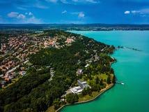 Tihany, Węgry - Powietrzny panoramiczny widok Jeziorny Balaton z Benedyktyńskim monasteru Tihany opactwem, Tihanyi Apatsag Fotografia Royalty Free