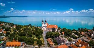Tihany, Węgry - Powietrzny panoramiczny widok sławny Benedyktyński monaster Tihany Tihany opactwo Fotografia Stock