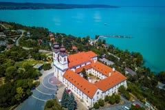 Tihany, Węgry - Powietrzny panoramiczny widok Tihany z sławnym Benedyktyńskim monasterem Tihany Tihany opactwo Zdjęcie Royalty Free