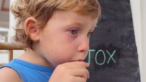 TIJD AAN DETOX-krijtinschrijving De jongen drinkt vers, gezond, detox drank van vruchten wordt gemaakt die Fruitschok, vers sap,  stock videobeelden